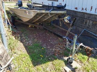 Aluminum Fishing Boat with Trailer   Includes Johnson 25HP Outboard Motor and Trolling Motor