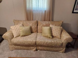 Broyhill Sofa and loveseat   Clean