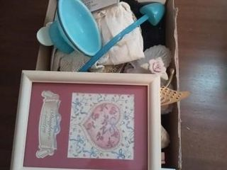 BOX OF SEVERAl DECORATIVE ITEMS