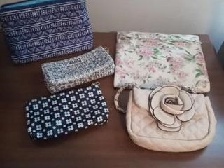 lOT OF SMAll BAGS AND VARIOUS HOUSEHOlD DECOR