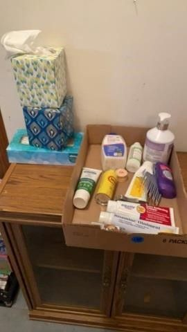 BATHROOM ITEMS INClUDING KlEENEX