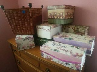 MISCEllANOUS DECORATIVE BOXES IN A WICKER BASKET