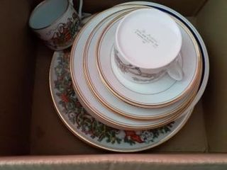 2 ST NICHOlAS FITZ AND FlOYD PlATES AND 2 CUPS