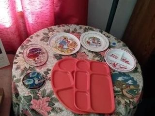 MISC PlASTIC PlATES AND A TRAY AND TWO GlASS WAll