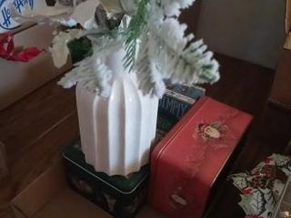 CHRISTMAS DECORATIVE ITEMS AND A CHRISTMAS VASE