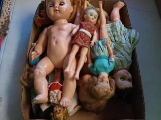 BOX OF OlD DOllS