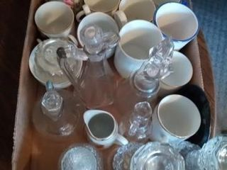 BOX OF GlASS WEAR AND CUPS