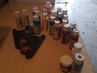 VARIETY OF ACRYlIC PAINTS