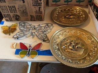VINTAGE METAl WAll HANGINGS AND BUTTERFlIES