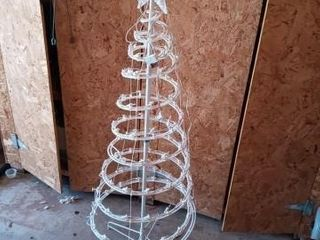 lIGHTED OUTDOOR CHRISTMAS TREE