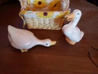 SMAll WICKER BASKET WITH TWO PORCIDUCK FIGURINES