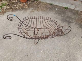 ANTIQUE METAl DECORATIVE WHEEl BARROW