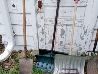 3 SNOW SHOVElS AND ONE POINTED SHOVEl