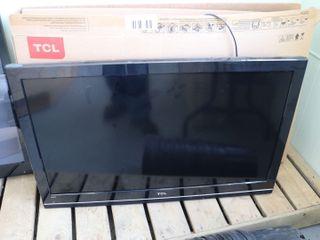TCl ROKU 40  FlAT SCREEN TV   WORKING
