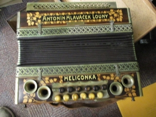 HOUSEHOLD, ACCORDION, ANTIQUE & COLLECTIBLES AUCTION
